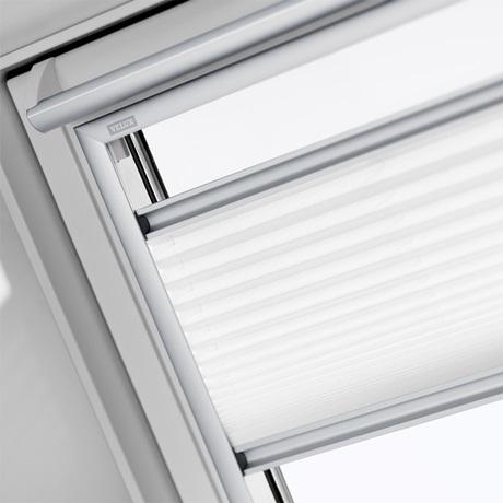 Wohnzimmer Dachschräge Wandfarbe Fernsehrschrank Sichtschutz