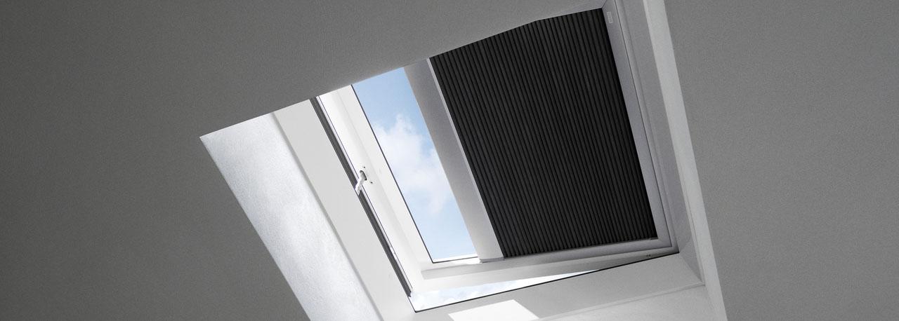 Tende oscuranti plissettate per finestre per tetti piani velux for Tende oscuranti per lucernari prezzi