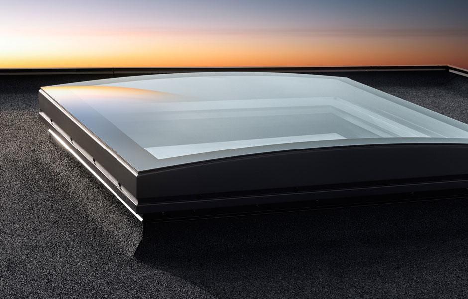 Finestra per tetti piani velux con vetro curvo for Velux assistenza