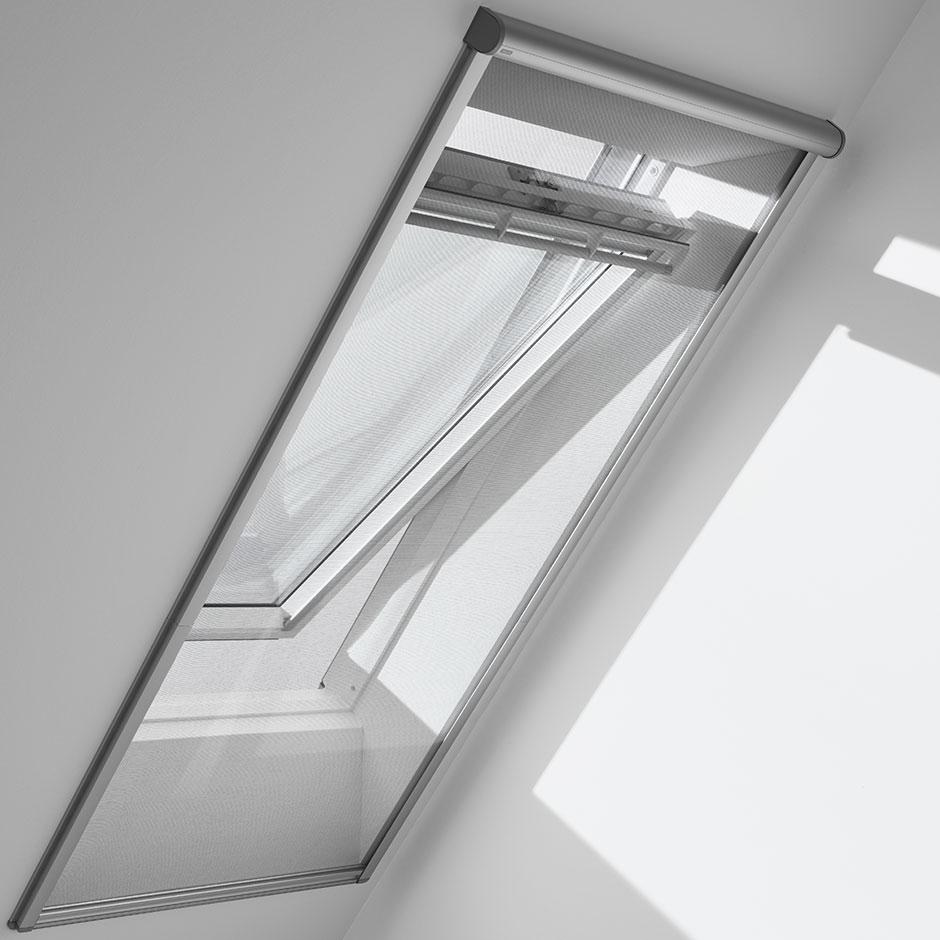 Store pour fen tre de toit velux dans une chambre for Moustiquaire fenetre de toit
