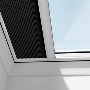 fernbedienbarer velux hitze und sonnenschutz f r mehr komfort. Black Bedroom Furniture Sets. Home Design Ideas