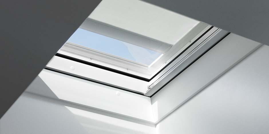 Finestra per tetti piani velux con vetro curvo for Finestre velux istruzioni telecomando