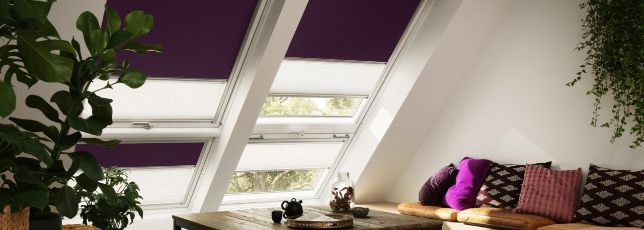 Gemütliches Wohnzimmer Mit VELUX Dachfenster Kombi Und Dekorativen 2 In 1  Rollos