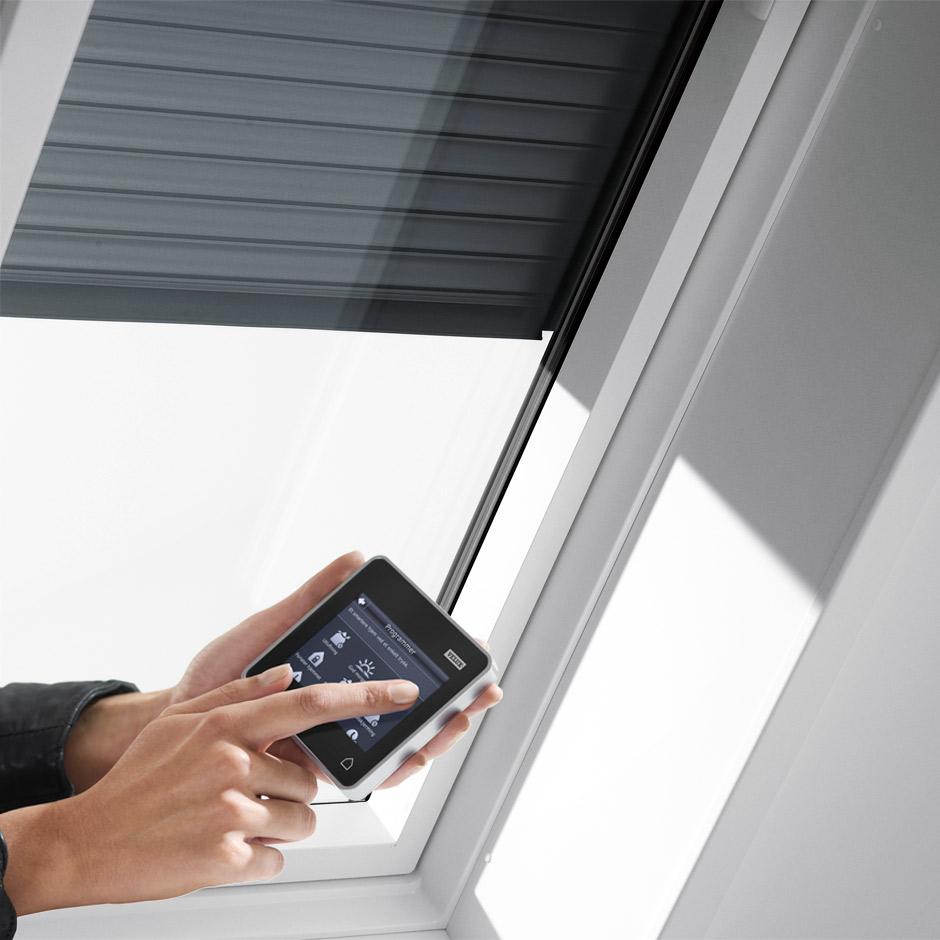 Velux dachfenster rolladen ihr rundum schutz f rs ganze jahr - Fenster abdunkeln ...