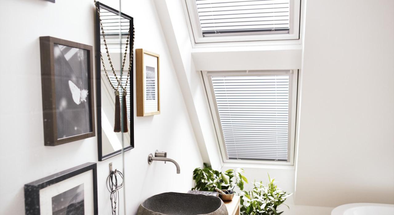 Salle de bains photos d 39 inspiration pour am nager les for Velux pour salle de bain