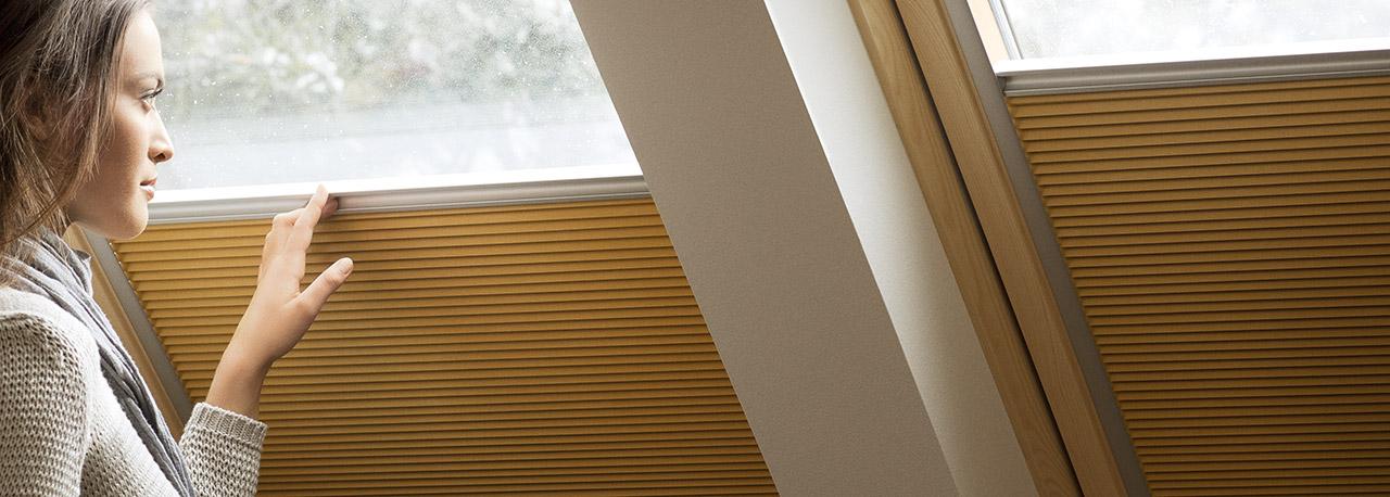 Tende energetiche velux isolamento termico e privacy in uno for Finestre velux tende