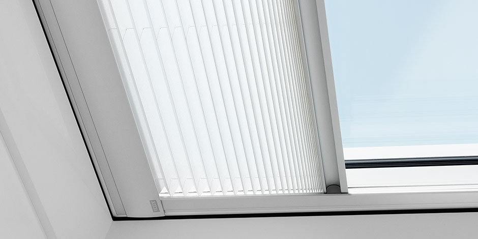 Tende oscuranti plissettate per finestre per tetti piani velux for Velux finestre per tetti piani