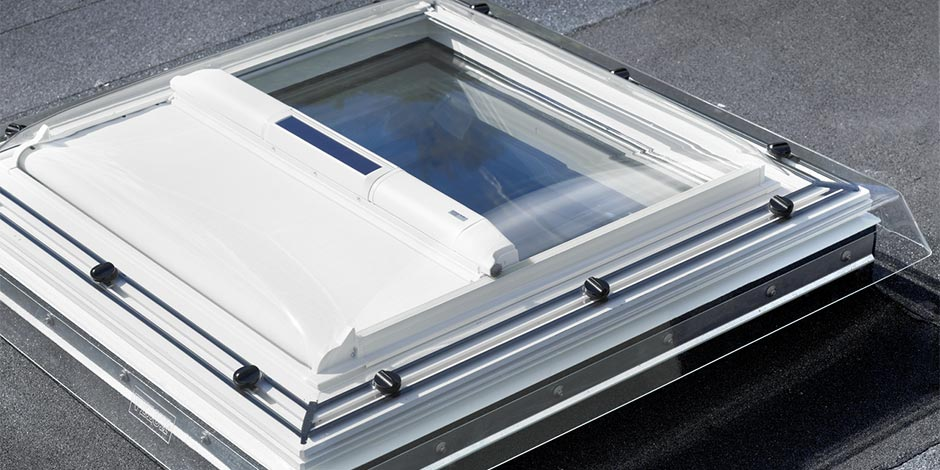fen tres pour toit plat lectriques velux avec t l commande. Black Bedroom Furniture Sets. Home Design Ideas