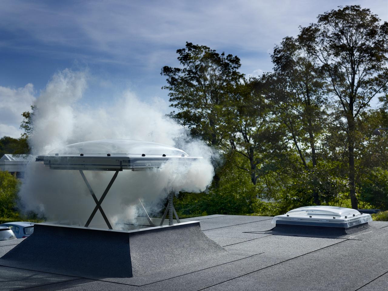 Finestra per tetti piani velux per l 39 evacuazione di fumo e for Velux tetti piani